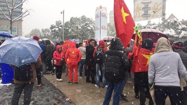 Cổ động viên Việt Nam xếp hàng bên ngoài, chuẩn bị bước vào sân (Ảnh: Châu Châu)