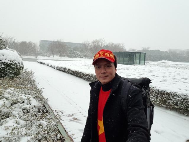 Nam diễn viên Bình Minh cho biết, hiện tại vì trời quá lạnh, tuyết lại rơi khá dầy nên mọi người đang rất lo lắng cho các cầu thủ U23 Việt Nam.