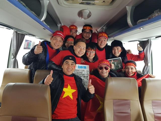 Diễn viên Quyền Linh chia sẻ, mọi người đang rất háo hức để chuẩn bị tinh thần cổ vũ cho đội tuyển ngay tại sân vận động Thường Châu