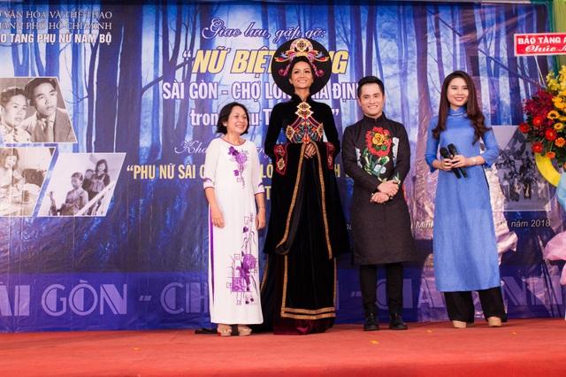 Hoa hậu Hhen Niê và NTK Nhật Dũng (thứ 2 từ phải sang) trao tặng áo dài cho Bảo tàng Phụ nữ Nam Bộ.