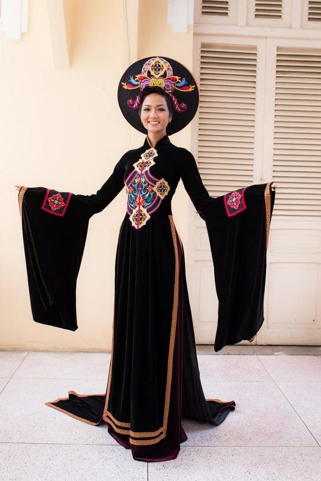 Hoa hậu H'hen Niê đại diện trao áo dài cho Bảo tàng Phụ nữ Nam Bộ - 3