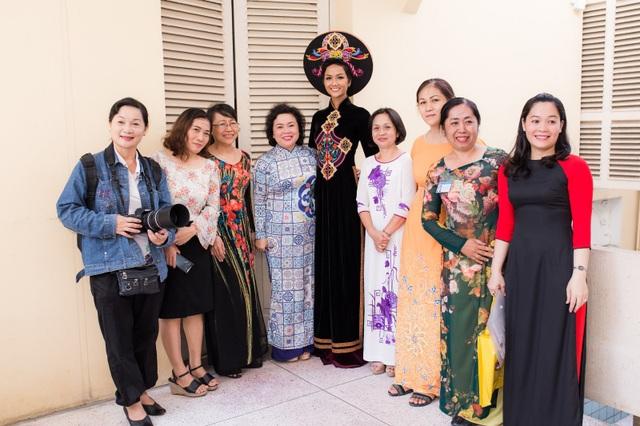 Sau khi về thăm quê nhà Đắk Lắk, Hoa hậu H'hen Niê tiếp tục quay trở lại với các hoạt động cùng Hoa hậu Hoàn vũ Việt Nam, cũng như tham gia các sự kiện, chương trình lớn có tác động tích cực đến xã hội.