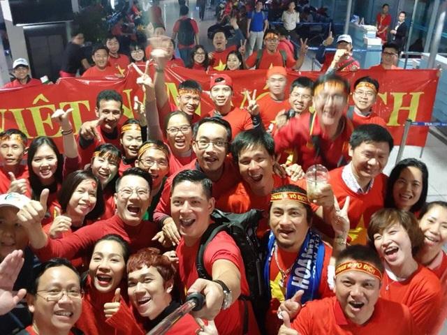 Quyền Linh, Hoàng Bách, Bình Minh lên đường đi cổ vũ U23 Việt Nam từ 3h sáng - 8
