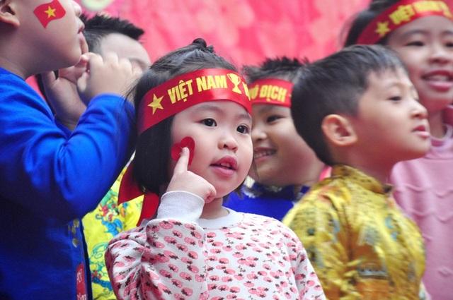 Các em nhỏ cổ động các cầu thủ U23 Việt Nam vươn cao