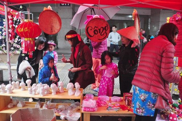 Theo lãnh đạo nhà trường chia sẻ, toàn bộ số tiền thu được tại hội chợ sẽ được quyên góp ủng hộ các em gặp hoàn cảnh khó khăn đang chữa trị tại Viện K Tân Triều.