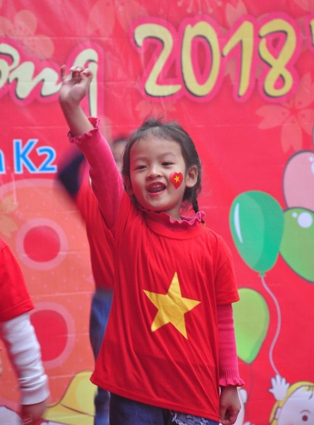 """Thú vị em nhỏ hát """"Việt Nam ơi"""" cổ động U23 Việt Nam chiến thắng - 3"""