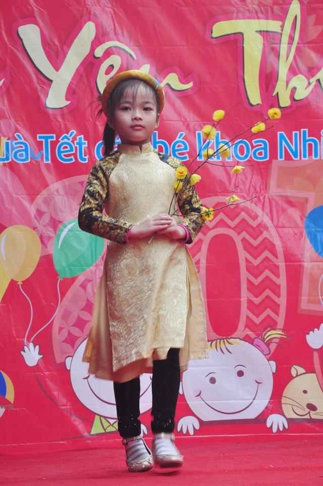 Các em nhỏ tự tin trong màn trình diễn trang phục áo dài