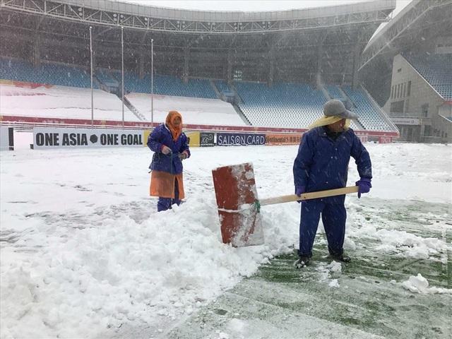 an tổ chức phải phủ bạt để bảo vệ mặt sân, đồng thời yêu cầu nhân viên sân liên tục dọn tuyết nhằm chuẩn bị cho trận đấu lúc 15h.