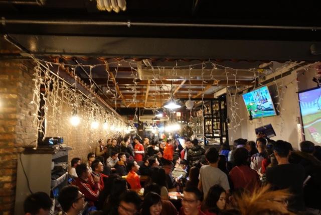 Hàng trăm du học sinh Việt tại Hoa Kỳ thức trắng đêm, cổ vũ đầy máu lửa.