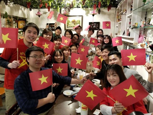 Sinh viên Việt Nam tại Nhật Bản tập trung tại nhiều địa điểm khắp thành phố Tokyo để cổ vũ cho đội tuyển Việt Nam.