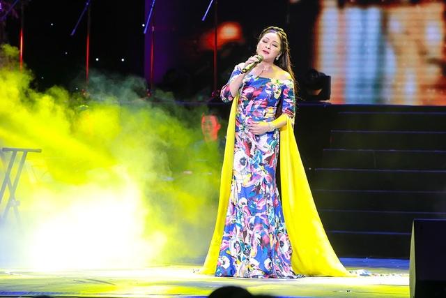 Nữ ca sĩ thay tới 7 bộ đồ trong đêm iveshow.
