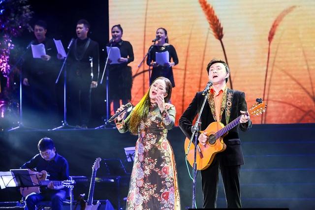 Chí Tài đệm đàn guitar cho Như Quỳnh hát.