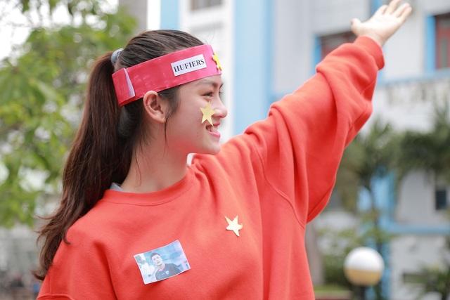 Nữ sinh viên trường ĐH Công nghiệp Thực phẩm TP.HCM với hình ảnh thủ môn Tiến Dũng trên ngực áo