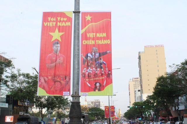 Nhiều tuyến đường của thành phố Đà Nẵng được treo áp phích, pano để cổ vũ cho đội tuyển U23 Việt Nam