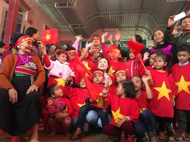 Việt Nam rực sắc đỏ trước trận chung kết U23 châu Á - 36