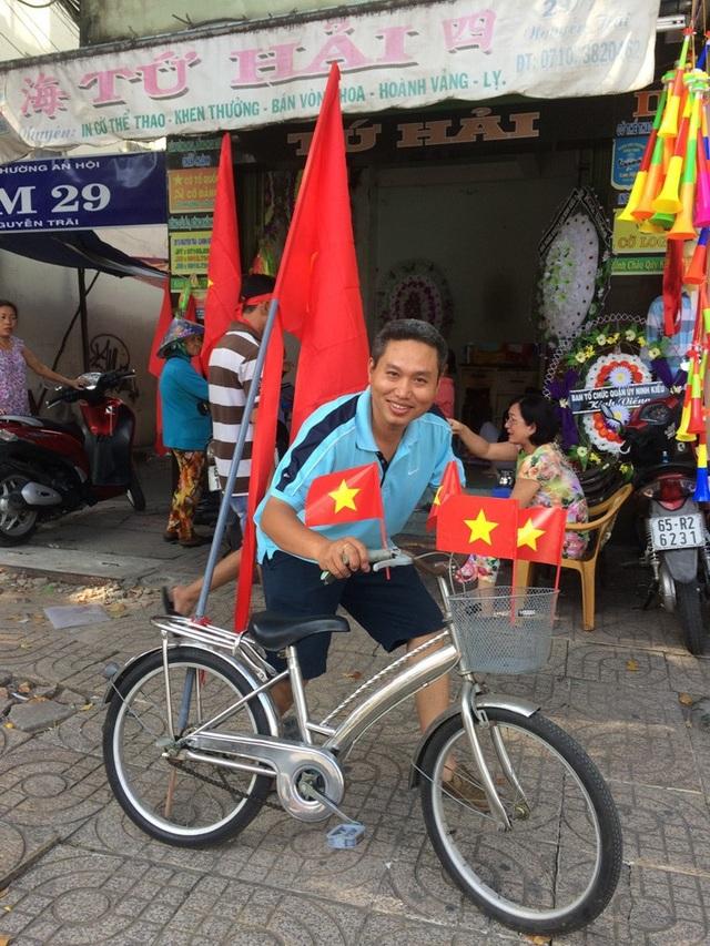 Tận dụng chiếc xe đạp của con trai cổ vũ cho đội tuyển Việt Nam.