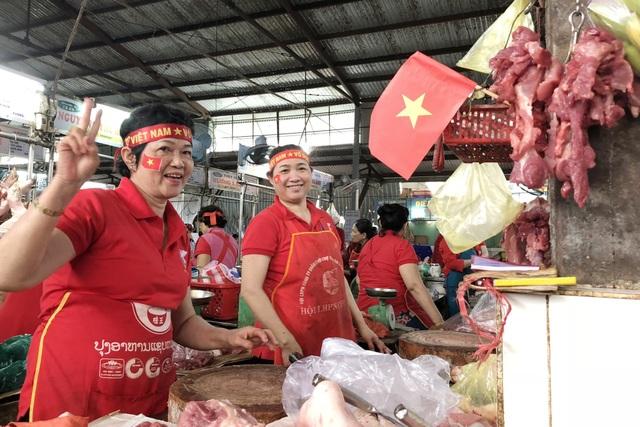 Cờ đỏ sao vàng rực rỡ khắp các lối vào các chợ trung tâm ở Đà Nẵng