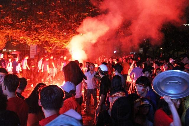 Cổ động viên Phú Yên chúc mừng U23 bằng pháo sáng (Ảnh: Trung Thi)