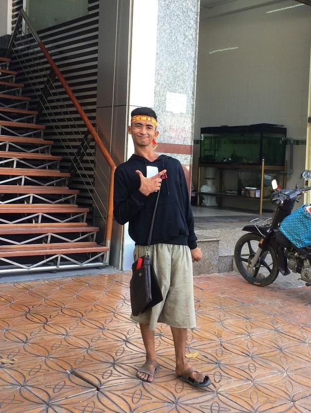 Một anh bán vé số với cách thể hiện tình yêu dành cho đội tuyển U23 Việt Nam (Ảnh: Nguyễn Hành)