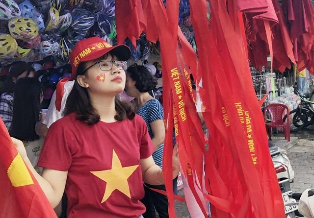 Xung quanh các chợ, rất nhiều hàng bán áo, băng rôn, cờ đỏ sao vàng
