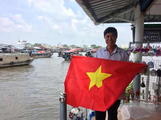 """Tiểu thương """"nhuộm"""" đỏ chợ bằng cờ Tổ quốc cổ vũ U23 Việt Nam - 5"""