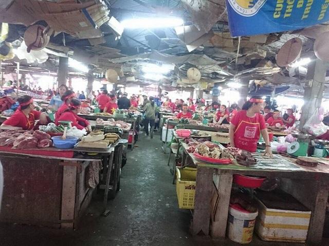 """Tiểu thương """"nhuộm"""" đỏ chợ bằng cờ Tổ quốc cổ vũ U23 Việt Nam - 3"""
