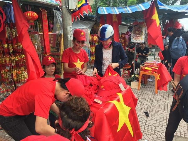 Người dân đổ xô đi mua cờ Tổ quốc, băng rôn để cổ vũ tình thần đội tuyển U23