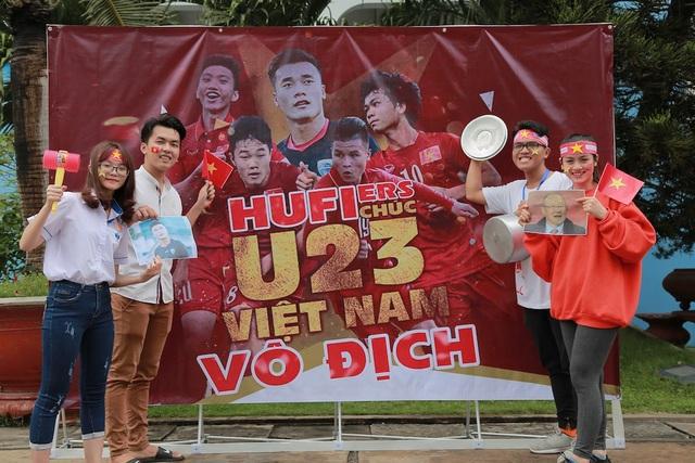 Các sinh viên trường ĐH Công nghiệp Thực phẩm TP.HCM chuẩn bị cổ động trước trận chung kết của U23 Việt Nam gặp U23 Uzbekistan
