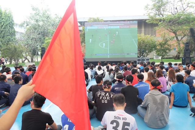 Khu vực mái vòm bên ngoài của trường ĐH Sư phạm Kỹ thuật TP.HCM cũng bắt đầu đông sinh viên