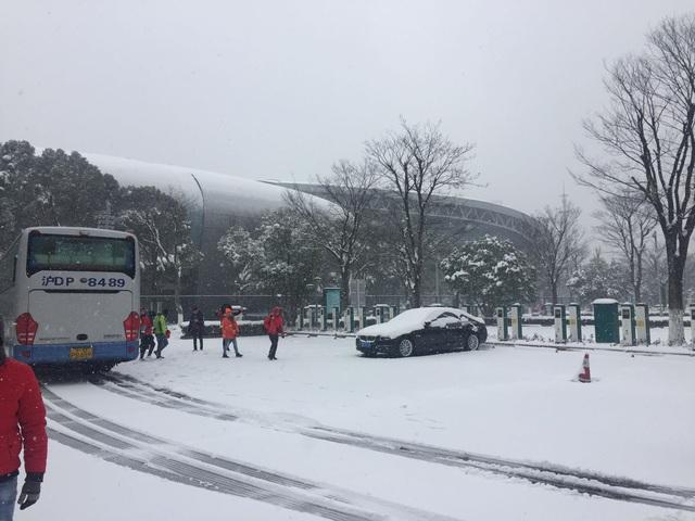Tuyết phủ dày đặc bên ngoài sân Thường Châu trước trận chung kết