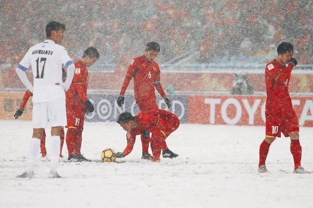 Các đồng đội cào tuyết cho Quang Hải thực hiện cú đá phạt