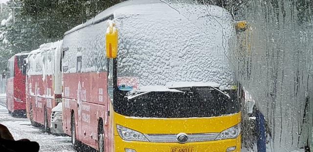 Xe chở đoàn U23 Việt Nam đậu trước khách sạn (Ảnh: Lê Nhân)
