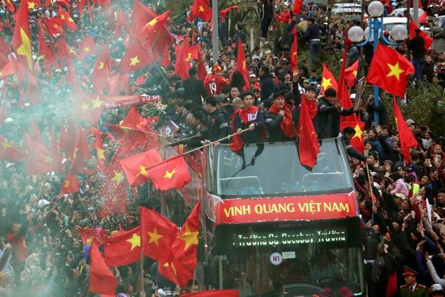 Xe chở U23 Việt Nam diễu hành giữa rừng cờ đỏ sao vàng - 8