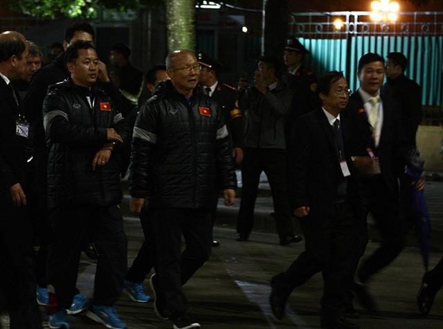 5 tiếng đồng hồ đi giữa biển người của đội tuyển U23 Việt Nam - 1