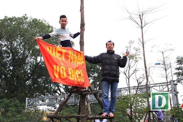 Trèo lên cây giữa làn đường Võ Chí Công để đón đợi