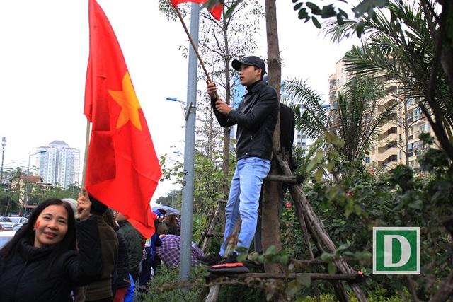 Trèo lên cây để vẫy cờ.