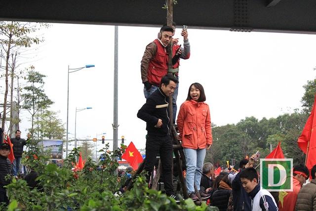 Người dân trèo lên cây, nhảy ra giữa đường... chào đón U23 Việt Nam trở về - 19