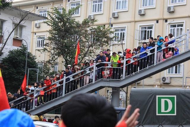 Người dân xếp hàng dài chờ đội tuyển U23 Việt Nam