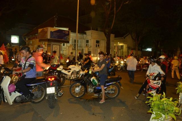 Nhiều nhóm bỏ chạy tán loạn khi bị cảnh sát chặn kiểm tra