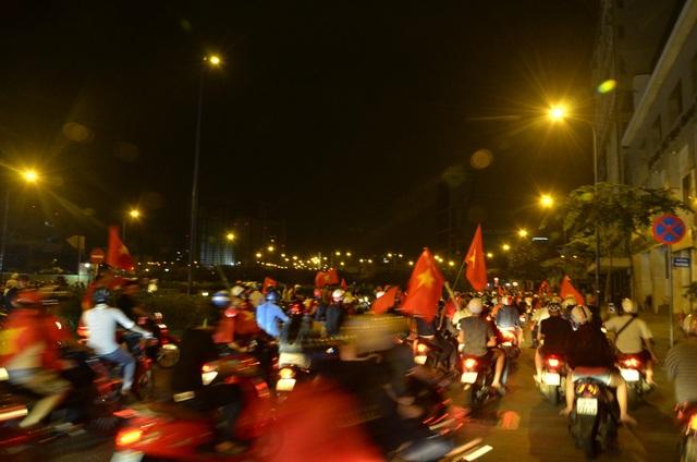 Đến 3h sáng, nhiều tốp thanh niên vẫn diễu hành, hò reo trên đường