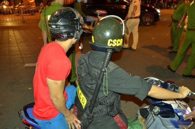 Cảnh sát khống chế hàng trăm thanh niên quá khích sau trận chung kết U23 Việt Nam - 5
