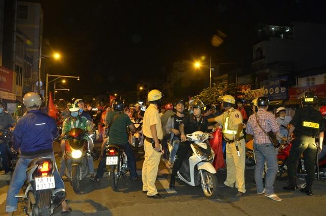 Đến khoảng 1h sáng 28/1, các lực lượng bắt đầu kiểm tra hành chính, xử lý những đám đông quá khích