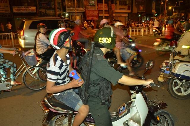 Cảnh sát khống chế hàng trăm thanh niên quá khích sau trận chung kết U23 Việt Nam - 4