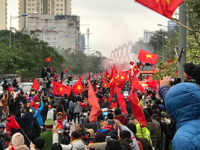 Xe chở U23 Việt Nam diễu hành giữa rừng cờ đỏ sao vàng - 14