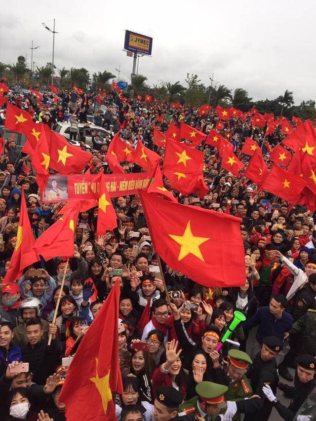 Rừng fan chào đón các cầu thủ U23 Việt Nam