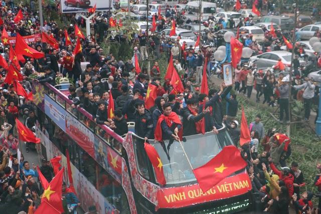 Xe chở U23 Việt Nam diễu hành giữa rừng cờ đỏ sao vàng - 11