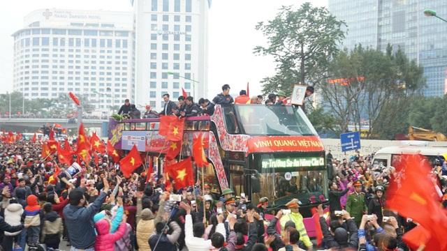 Xe chở U23 Việt Nam diễu hành giữa rừng cờ đỏ sao vàng - 2