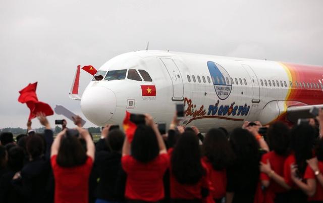 Người hâm mộ ra đón U23 tận cửa máy bay...
