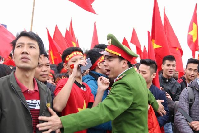 Xe chở U23 Việt Nam diễu hành giữa rừng cờ đỏ sao vàng - 24