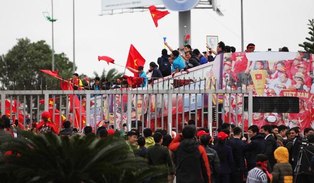Xe chở U23 Việt Nam diễu hành giữa rừng cờ đỏ sao vàng - 22